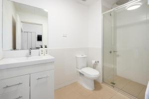A bathroom at Terminus Apartment Hotel (formerly Quality Apartments City Centre Newcastle)