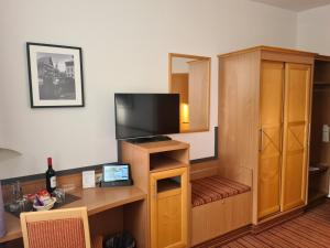 A television and/or entertainment center at Hotel Am Kaisersaal