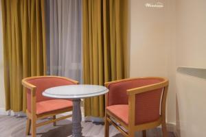 A seating area at Telford Whitehouse Studios & Apartments