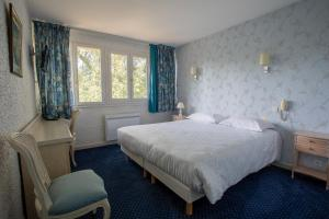 A bed or beds in a room at Auberge du port