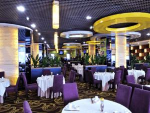 A restaurant or other place to eat at Guangyong Lido Hotel