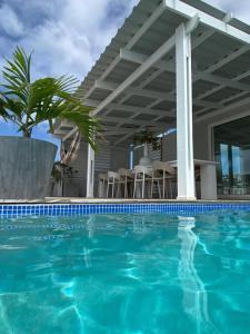 A piscina localizada em Villa Vermaire Apartments ou nos arredores