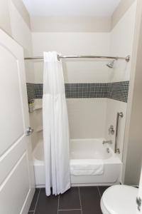A bathroom at Staybridge Suites Davenport, an IHG hotel