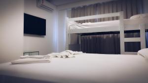 Uma ou mais camas em beliche em um quarto em Easy Suites Natal