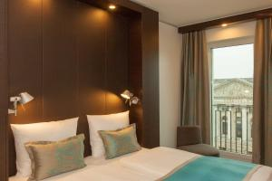 A bed or beds in a room at Motel One Berlin-Potsdamer Platz