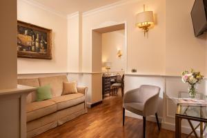 A seating area at Hotel Del Corso