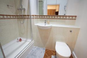A bathroom at The Resort Apartment