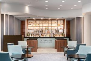 The lounge or bar area at Sofitel London Gatwick
