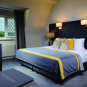 Кровать или кровати в номере The Gleneagle Hotel & Apartments