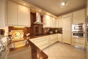 A cozinha ou kitchenette de House with 3 bedrooms in Albufeira with wonderful city view private pool furnished terrace 1 km from the beach