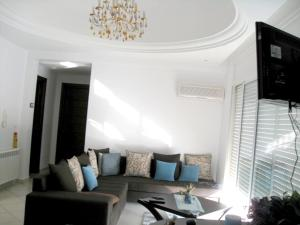 A seating area at Apartment with 2 bedrooms in Hammamet with wonderful sea view shared pool balcony 100 m from the beach