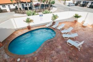 Uma vista da piscina em Aquazul Aruba Apartments ou nos arredores