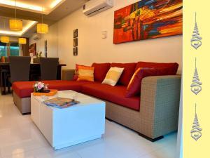 A seating area at Apt S104 Kamala Regent