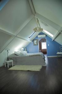 A bed or beds in a room at Chambres d'Hôtes Le P'tit Angelus de Barbizon