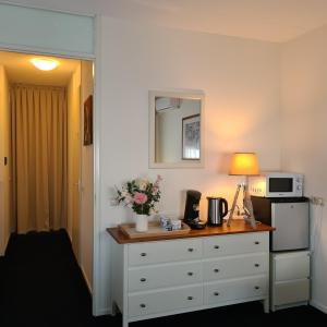 A television and/or entertainment center at LandLust Guesthouse ****