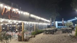 Un restaurant u otro lugar para comer en La Tavola Hotel