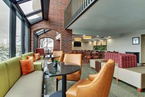 A seating area at Pear Tree Inn St. Louis - Arnold