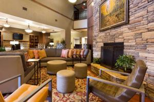 The lounge or bar area at Drury Inn & Suites Flagstaff