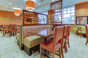 A restaurant or other place to eat at Drury Inn & Suites West Des Moines