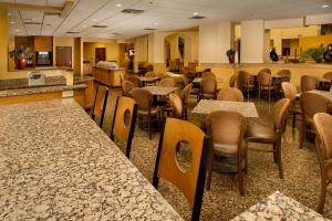 A restaurant or other place to eat at Drury Inn & Suites Phoenix Airport