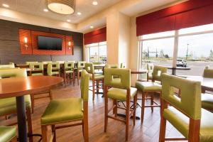 A restaurant or other place to eat at Drury Inn and Suites Denver Central Park