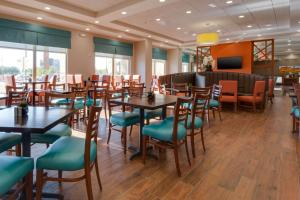 A restaurant or other place to eat at Drury Inn & Suites Phoenix Chandler Fashion Center