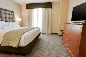A bed or beds in a room at Drury Inn & Suites Phoenix Chandler Fashion Center