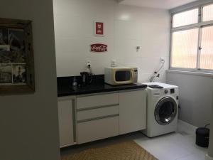 A kitchen or kitchenette at Apartamento em excelente localizaçao