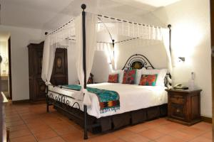 A bed or beds in a room at Hotel Casa Rosada - Adults Only