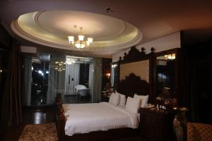 A bed or beds in a room at Ramada Plaza, Chandigarh, Zirakpur