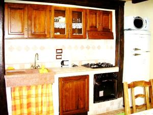 Cucina o angolo cottura di House with 4 bedrooms in Montelaterone with wonderful mountain view private pool enclosed garden 19 km from the slopes