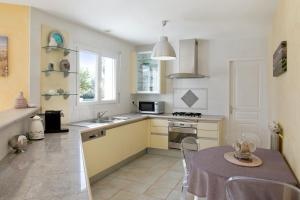 A kitchen or kitchenette at Villa with 6 bedrooms in SaintGermaind'Esteuil with private pool enclosed garden and WiFi 20 km from the beach