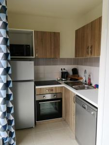 A kitchen or kitchenette at House with 3 bedrooms in ParentisenBorn with shared pool and furnished garden 20 km from the beach