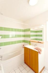 A bathroom at House with 3 bedrooms in ParentisenBorn with shared pool and furnished garden 20 km from the beach