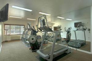 The fitness centre and/or fitness facilities at Azure Hotel&Suites Ontario Trademark Collection by Wyndham