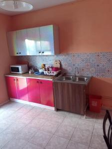 Кухня или мини-кухня в Guest House Aura