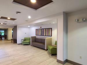 A seating area at Holiday Inn Express Hotel & Suites Sheldon
