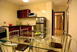 A kitchen or kitchenette at Premium Suites Business Aparthotel Equipetrol