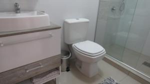 A bathroom at kitnet em Canela