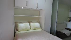 A bed or beds in a room at kitnet em Canela