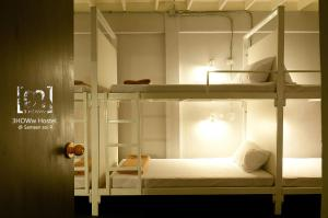 A bunk bed or bunk beds in a room at 3Howw Hostel Khaosan
