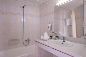 Ein Badezimmer in der Unterkunft CHC Athina Palace Resort & Spa