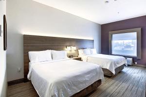 Cama ou camas em um quarto em Holiday Inn Express Airport Calgary