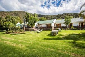 Ein Garten an der Unterkunft Old Mill Lodge & Restaurant