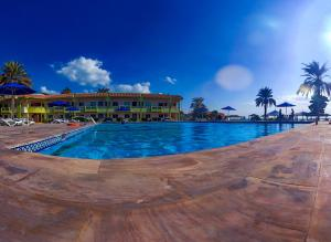 The swimming pool at or close to Flamingo Beach Resort