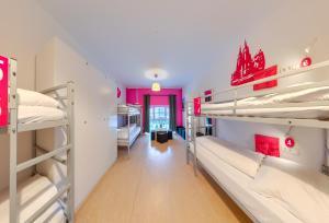 Ein Etagenbett oder Etagenbetten in einem Zimmer der Unterkunft Hostel-Marburg-one