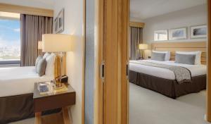 Een bed of bedden in een kamer bij London Hilton on Park Lane