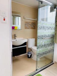 Salle de bains dans l'établissement City Oasis Guesthouse