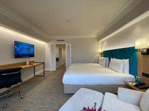 A bed or beds in a room at The Sherwood Taipei