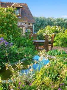 A garden outside House with 3 bedrooms in Cheronvilliers with enclosed garden and WiFi